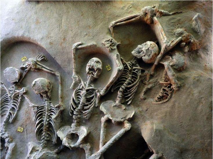 Esqueletos maniatados. Los ochenta esqueletos excavados en la bahía de Fáliro, al sur de Atenas, estaban colocados uno al lado del otro, con las mandíbulas abiertas y gimientes y las manos encadenadas sobre el cráneo. Foto: Ministry of Culture, Greece