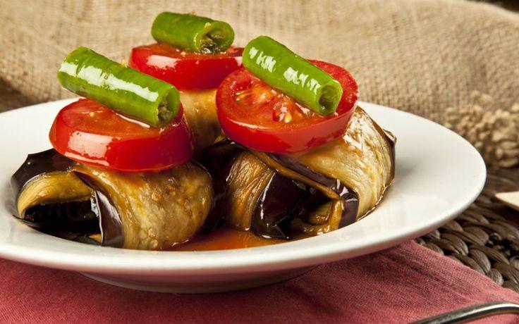 """Önceden hazırlayıp kızarttığınız köfteler ya da iri doğranmış ve pişirilmiş kırmızı et parçalarıyla hazırlanan patlıcana aşık bir kebap """"İslim Kebabı""""."""