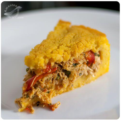 La polenta criolla venezolana, también conocida como polenta caraqueña es un pastel horneado elaborado con masa de maíz, relleno con guiso de pollo o de cochino o de ambos.