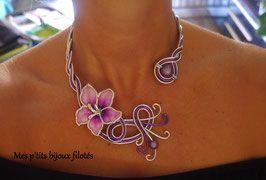 Le Collier Hibiscus mauve
