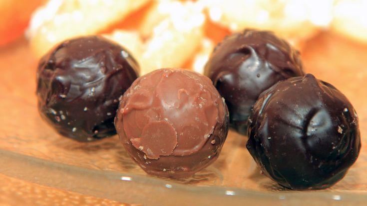 Sjokoladekonfekt med karamell og maldonsalt - Oppskrifta her er på den lyse sjokoladekula.