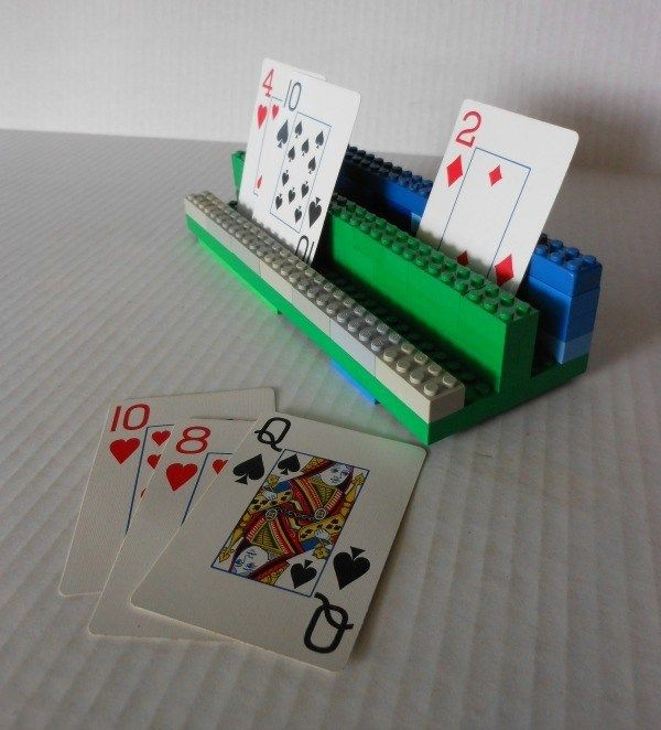 Wenn kleinere Kinder mitspielen - einfach einen Kartenhalter aus Legosteinen bauen!