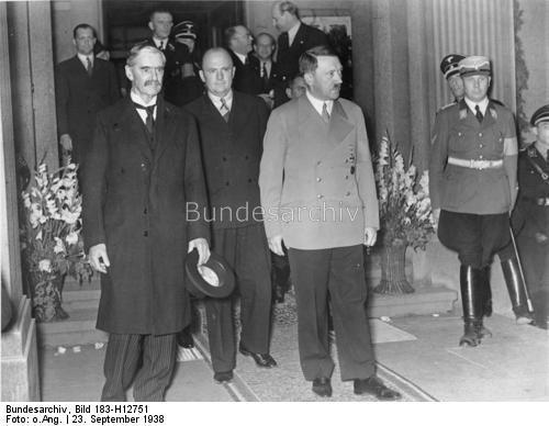 23.9.1938, Beendigung der Besprechungen in Godesberg. Adolf Hitler geleitet Chamberlain nach der nächtlichen Besprechung im Hotel Dreesen zum Wagen.
