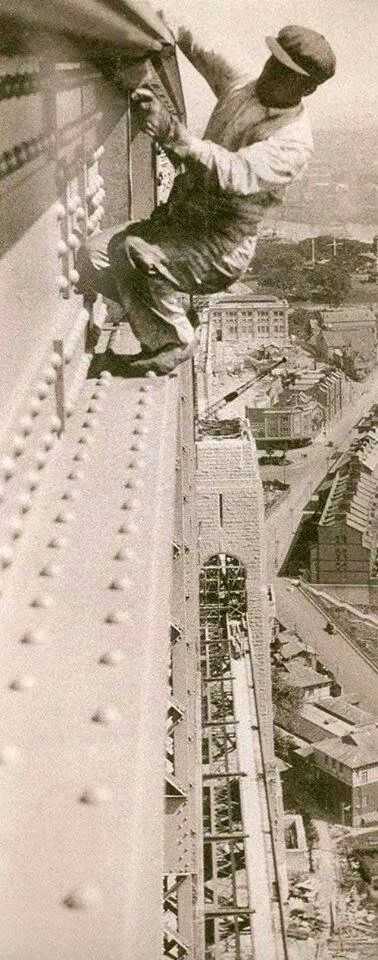 Painting the Harbour Bridge in Sydney, Australia (Photo undated). v@e.
