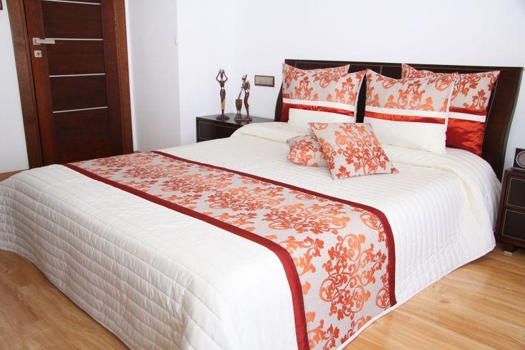 Kremowa elegancka narzuta na łóżko z pomarańczowym ornamentem