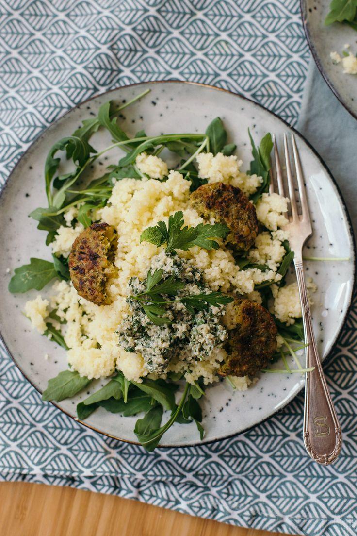 Vegan couscous met munt-walnoot pesto en falafel is lekker fris en geweldig om mee te nemen het werk. Het is ook nog eens in no-time klaar. Lees het recept op de blog
