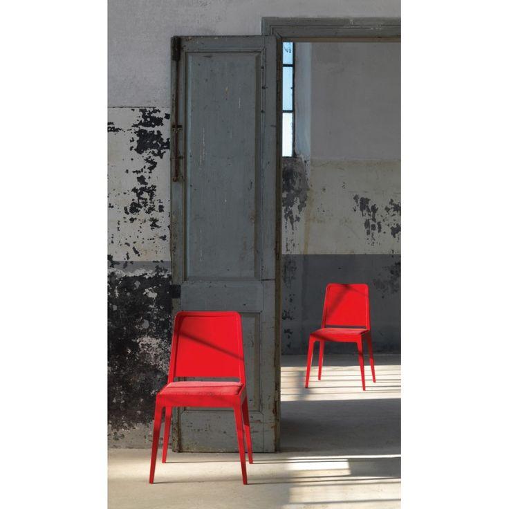 DEA di Linfa Design, sedia in massello, naturale o laccato, dagli spigoli arrotondati. Sedile in multistrato sagomato con impronta circolare o in inbottito.