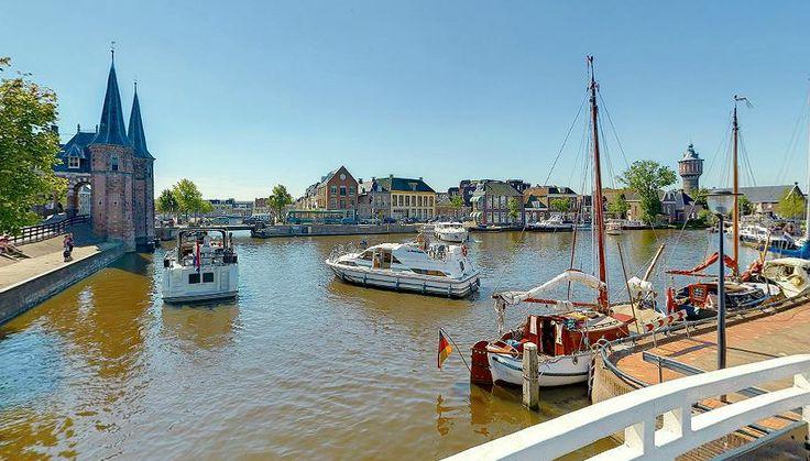 Sneek staat voornamelijk bekend om de watersport, maar ook om het symbool van de stad: de Waterpoort. Bekijk het op: http://www.sneektoer.nl/panoramas/d/de-wonderbrug-waterpoortsgracht