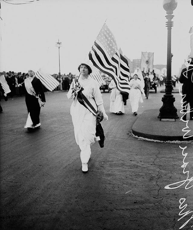 En 1914 Grace Wilbour Trout marchó hacia el norte de la avenida South Michigan de Chicago vestida íntegramente de blanco como parte de la marcha sufragista del Partido Nacional de la Mujer. Ayer durante el primer discurso de #DonaldTrump como presidente de EE UU decenas de congresistas demócratas replicaron su vestimenta. La historia tras el blanco como color de calado histórico feminista en el enlace de nuestro perfil.  via HARPER'S BAZAAR SPAIN MAGAZINE OFFICIAL INSTAGRAM - Fashion…
