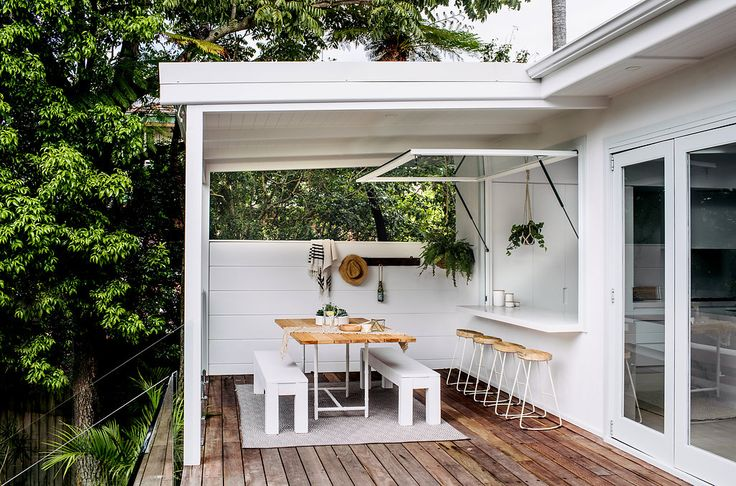 DREAM outdoor space. Proof that even when you have a small outdoor area you can find ways to place the perfect outdoor dining table. Love the counter, stools, window and colors. Awesome @Caesarstone!!