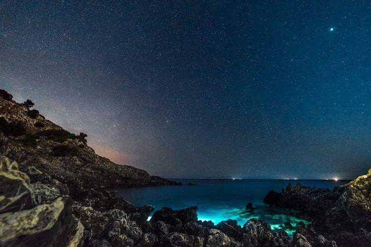Il mare quasi trasparente, la scogliera, la luce del faro di Palinuro. E soprattutto la via Lattea, ben visibile grazie all'assenza di fonti di