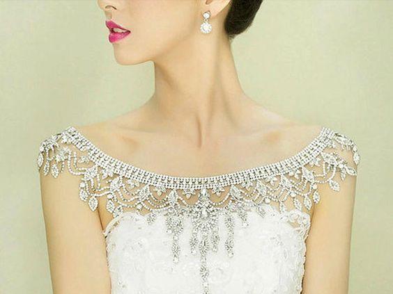 普通のウェディングドレスが2wayに♡海外で定番の【ショルダージュエリー】が可愛い*にて紹介している画像