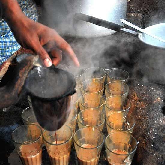 В йога-студиях Москвы масала-чай — второй по популярности напиток после воды, а в дорогих ресторанах здорового питания он стоит в топе по согревающим и полезным. Удивительно как на Западе прижился восточный чай бедняков и низших сословий!