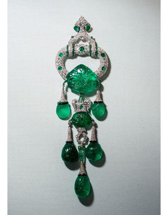 Broche Cartier en platine, diamants et émeraudes du XVIIème siècle (pour un total de 250 carats) ayant appartenue à Marjorie Merriweather Post