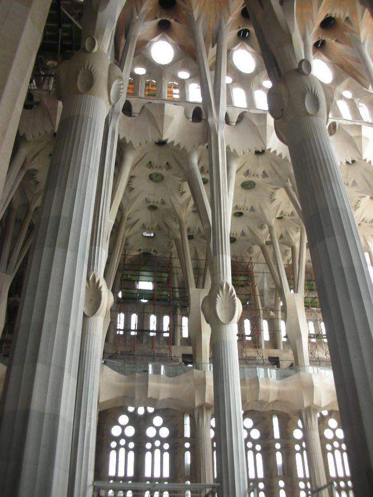 interior del templo expiatorio de la sagrada familia en barcelona por antonio gaud