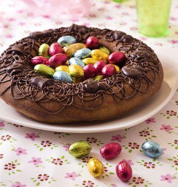 Gâteau nid de pâques 6 à 8pers Sur une base de savarin chocolaté, ce gâteau très simple sera parfait pour votre table de Pâques. Les enfants vont adorer ! >