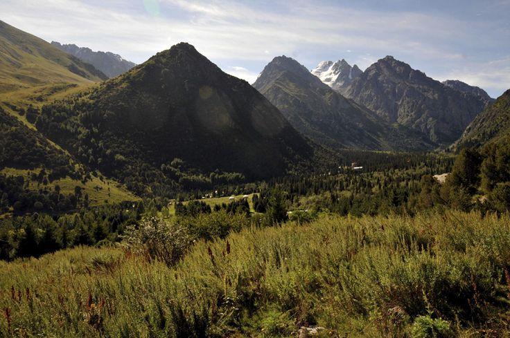 Imagine din masivul Ala-Archa, în sudul capitalei Kârgâzstanului, Bishkek, august 2013. (  Valeriu Pană  ) - See more at: http://zoom.mediafax.ro/travel/two-ride-pamir-11534679#sthash.zlhQYDsn.dpuf