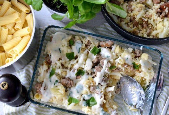 Ideaal voor de doordeweekse dag: een simpele maaltijd met Rigatoni pasta met worst, bloemkool en witte saus Laat de lente maar beginnen!
