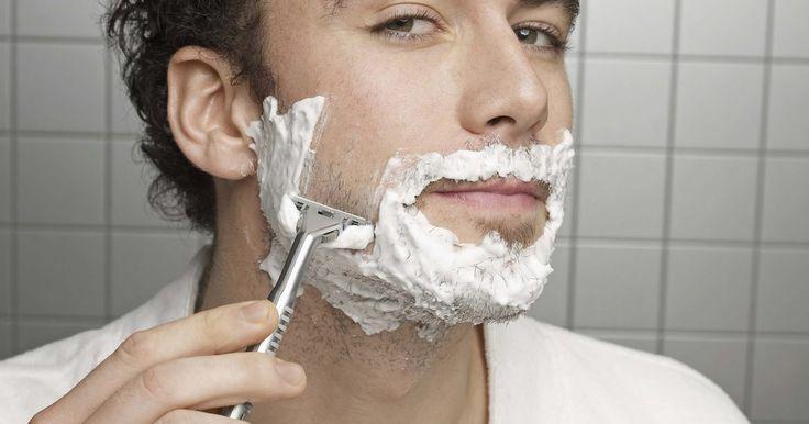 Como fazer óleo pré-barba. Qualquer pessoa pode se beneficiar de um bom óleo pré-barba, especialmente aqueles que frequentemente sofrem com irritações de pele após o barbear. Um óleo pré-barba é aplicado antes do creme de barbear, para hidratar o rosto e fornecer proteção contra a aspereza da navalha, suavizando os pelos faciais e fazendo-os se erigirem, o que facilita um ...