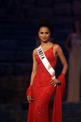 Lara Dutta, Miss India and Miss Universe 2000, looks like goddess in red.