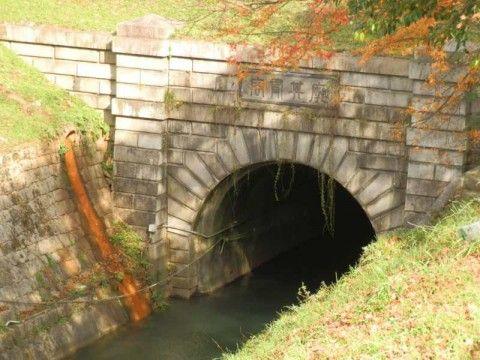 琵琶湖疎水 西洞門。扁額には山縣有朋筆による「廓其有容」の文字。「かくとしてそれかたちあり」とは「悠久の水をたたえ,悠然とした疏水のひろがりは,大きな人間の器量をあらわしている」という意味か。