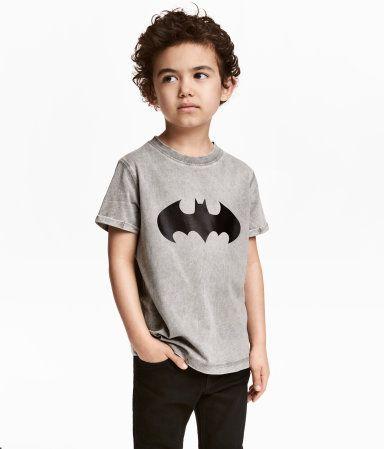 Gris/Batman. Camiseta en punto suave de algodón con look maxilavado. Modelo con motivo estampado y mangas cortas con dobladillo cosido.
