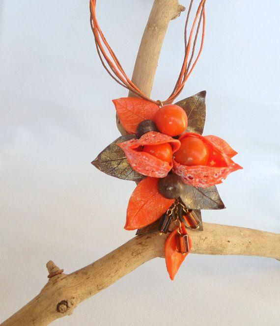 Physalis collana, Physalis ciondolo, gioielli dellargilla del polimero, bacche arancioni, regalo di giorno di festa della mamma, regali per lei, uva spina di cape ciondolo, ciondolo di pomodori di buccia, regalo festa della mamma  Physalis ciondolo collana fatta da me di argilla polimerica. Physalis arancione al centro della composizione è una bacca rotonda, arancione e marrone. Physalis capsula si piega. Foglie della composizione e colori colori-arancio e marroni dellautunno. Le foglie sono…