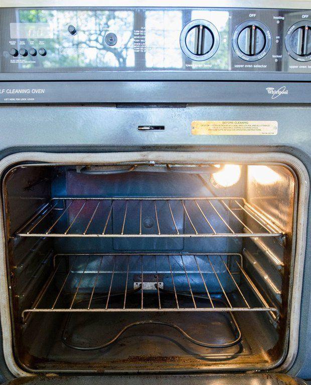 Na sklo trouby poslouží i směs z prášku do pečiva.
