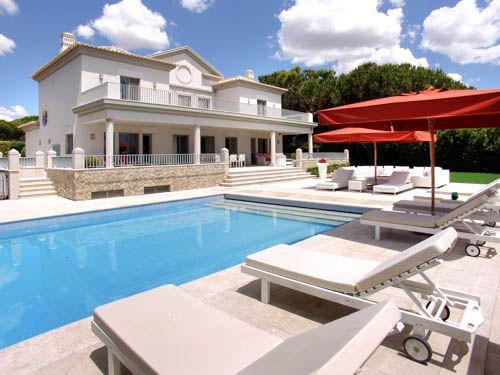 Prachtige nieuwe villa met 4 slaapkamers aangrenzende San Lorenzo golfbaan (Fairway gat nº11) in Quinta do Lago (Atlântico Norte).  Deze accommodatie bestaat uit een entreehal, gastentoilet, een ruime woonkamer en eetkamer met kabel-plasma-tv, sfeerhaard en leidt door openslaande deuren naar het terras bij het zwembad, een volledig uitgeruste keuken met ontbijttafel leidt ook naar…