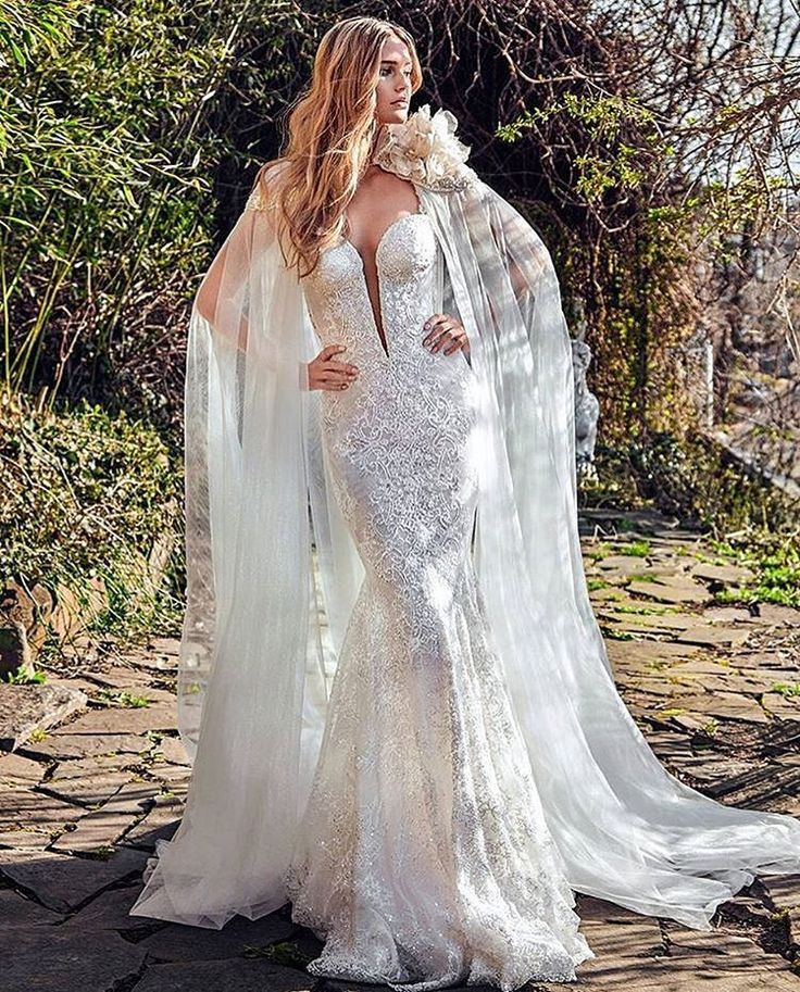 """Dress @galialahav ���� Гали Лахав - знаменитый дизайнер из Тель-Авива, главной фишкой которой является силуэт """"русалки""""✨ #weddingstyle#wedding#GaliaLahav#dress#weddingdress#fashion#beauty#bride http://gelinshop.com/ipost/1516014897187444529/?code=BUJ94RNDtcx"""