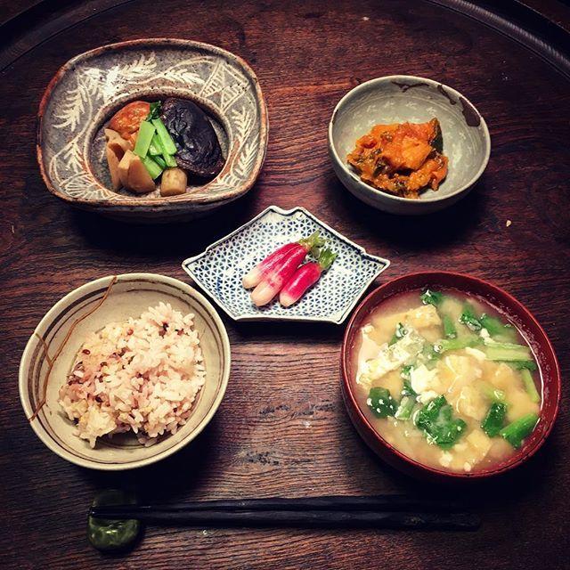 Instagram media by ziprockers - いただきまーす。鼠志野の鉢に枝豆がたっぷり入った魚河岸揚げと野菜の煮物。高麗青磁の小鉢にかぼちゃの煮物。古伊万里の小皿に漬物、志野織部の茶碗にご飯、根来塗の椀に牛蒡と小松菜とお揚げのお味噌汁。  #おうちごはん #骨董 #和食器 #和食 #料理 #うちごはん #foodpic #foodporn #instafood #うつわ #暮らし #自炊  #antique #おうちごはん #骨董 #ceramics  #鼠志野 #根来塗 #煮物 #古伊万里 #夕食 #金継