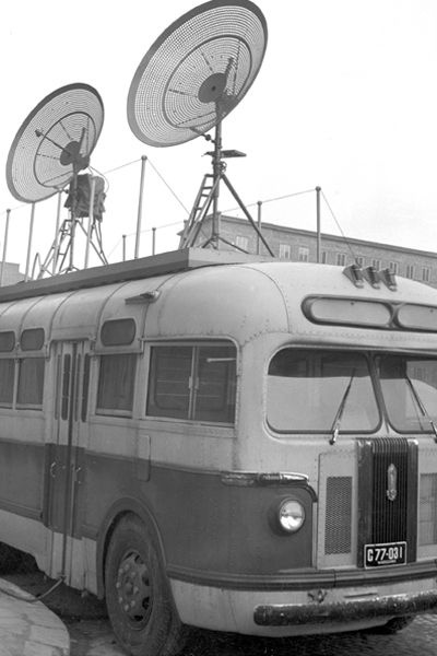 Jeden z pierwszych wozów transmisyjnych, czyli autobus z antenami na dachu (fot. Z. Januszewski/TVP)
