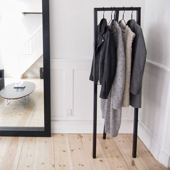 HAY - Loop Stand Hall Black - Kapstok - The SHOP Online Herentals Loop Stand Hall is a simple wardrobe stand that is equally suited for public and private settings, offering a simple and discreet wardrobe solution.