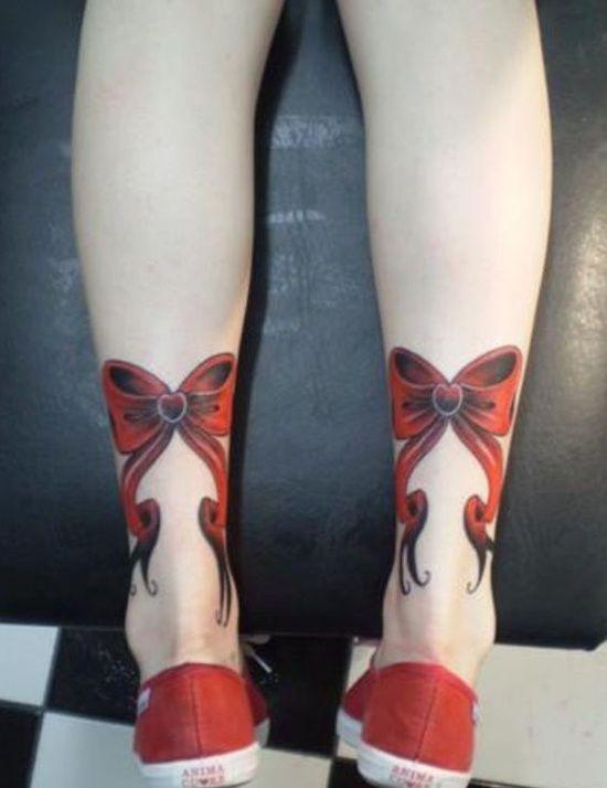 Nœud ruban rouge tatoué sur les chevilles https://tattoo.egrafla.fr/2015/10/10/modele-tatouage-noeud-ruban/