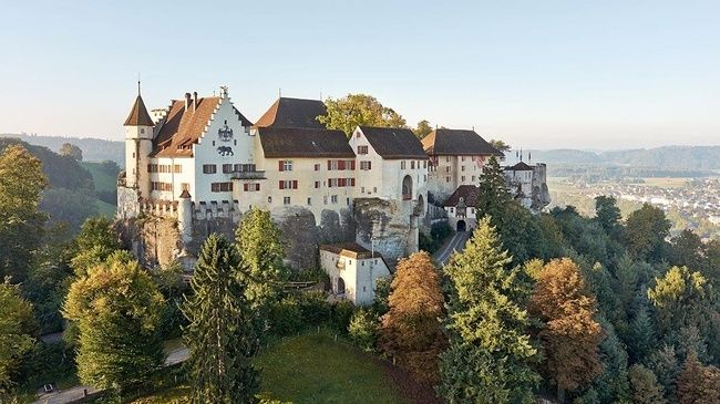 Schloss Lenzburg ; Once upon a time a dragon lived on the hill. It was slain by two noble knights, Wolfram and Guntram, who henceforth were allowed to live on Dragon Mountain. Legend has it that this is how Lenzburg Castle, one of the most important hilltop castles in Switzerland, came to be.