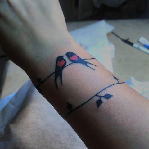 Сдали мне татуировку. С почином меня. Спасибо моему мастеру breathe_to_live #татуировка#татубраслет#тату#птички