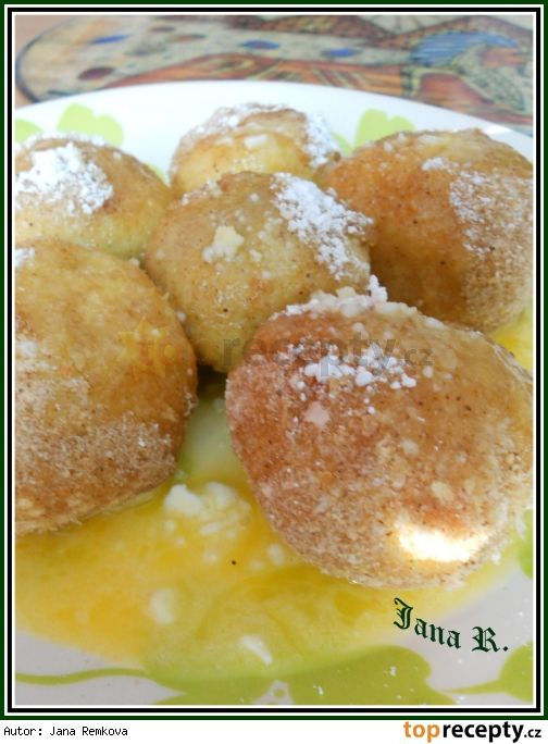 Jahodové knedlíky z bramborovo-tvarohového těsta