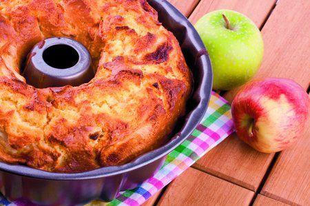 Smetanová bábovka s jablky