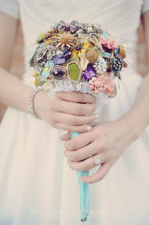 brooch bouquet. what an awesome idea. might start collecting brooches for when i get married in like 15 years