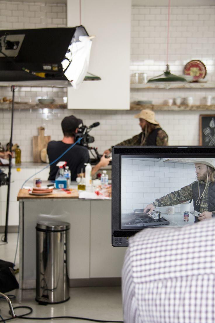 L'humoriste Dave Morgan en pleine action sur le plateau de tournage de la promo d'automne Cordon Bleu. (2015) #CordonBleu #hotdogsauvage #DaveMorgan