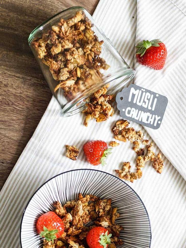 Crunchy Müsli selber machen kann so einfach sein. Foodlikers zeigt dir ein Rezept, mit dem du ein eigenes zuckerreduziertes Müsli zum Frühstück zubereitest.