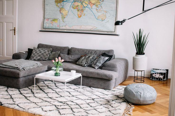 living room | find more pictures of my Berlin apartment in Mitte on my blog | Flos 265 | Berberteppich The Knots | Altbau | interior style ähnliche tolle Projekte und Ideen wie im Bild vorgestellt findest du auch in unserem Magazin . Wir freuen uns auf deinen Besuch. Liebe Grüß