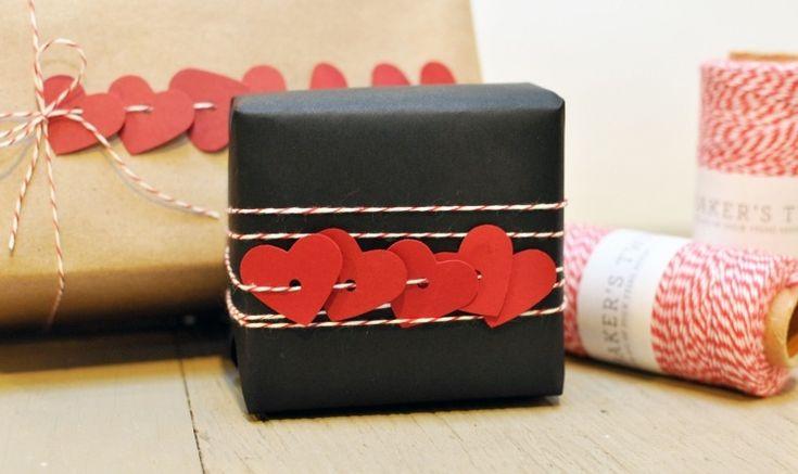 emballage cadeau original - papier noir décoré d'ornements cœurs rouges en carton