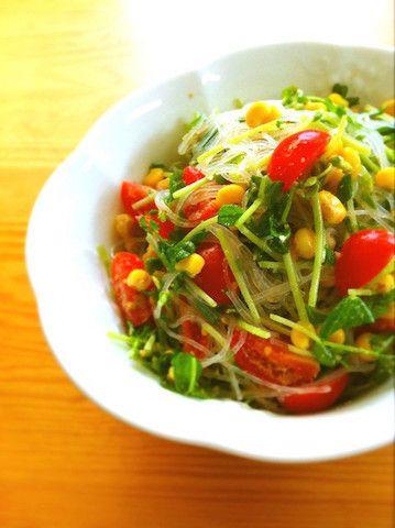 節約のお助け食材「豆苗」で、おしゃれなデリ風サラダを作りませんか?食卓のマンネリ解消にも◎。