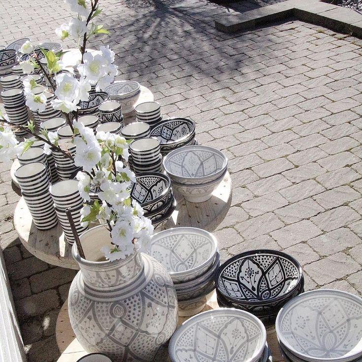 ~~Marocko~~ i Svedala ☀️ Vi har precis utomhus plockat upp efter en leverans marockansk keramik, så nu finns det påfyllt med randiga muggar, traditionella skålar i grått och svart.  Just nu har vi ett kampanj erbjudande på traditionellt fat i storlek 35/40 cm ~ 20% rabatt, så långt laget räcker.  En kopp kaffe i solen nu och hälsar er välkomna framtill kl 15.00 idag i butiken.   Sedan väntas gäster och få bjuda på hemlagad smörgåstårta. Önskar Er alla en super mysig Skärtorsdag & Glad…