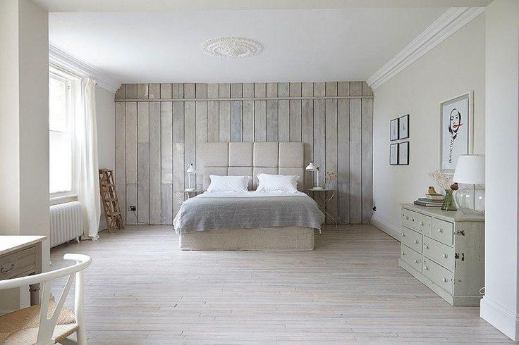 chambre de style campagne chic décorée d'un lambris bois blanc nuancé et aménagée avec une commode en bois blanchi