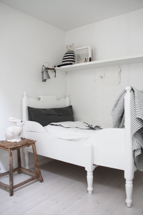 Love this simple organized kids room, love the bed  #organizedkids