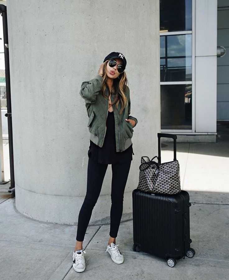 Airport outfit idea: green jacket + black tee + jeans + white sneakers. Comfy outfit idea for travelling.