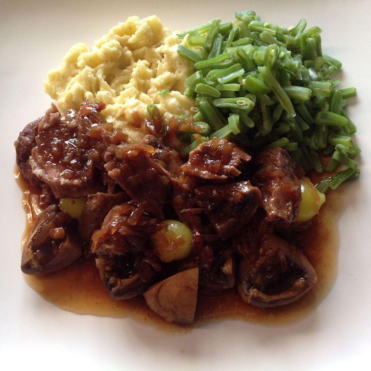 Runderwangen gestoofd in bruin bier met aardappelpuree en snijbonen.