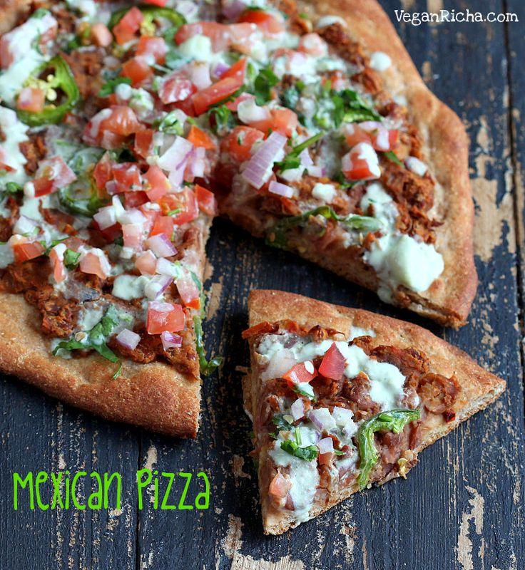 チポトレリフライドビーンズとメキシコのピザ、ピコ·デ·ガロ、小麦ソルガムクラスト上のライムクレマ